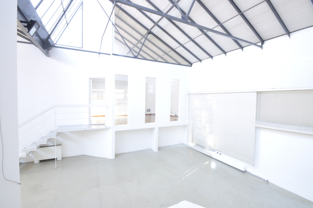 Office Rent Milan: Quiet office space within a fashion and design oriented real estate complex