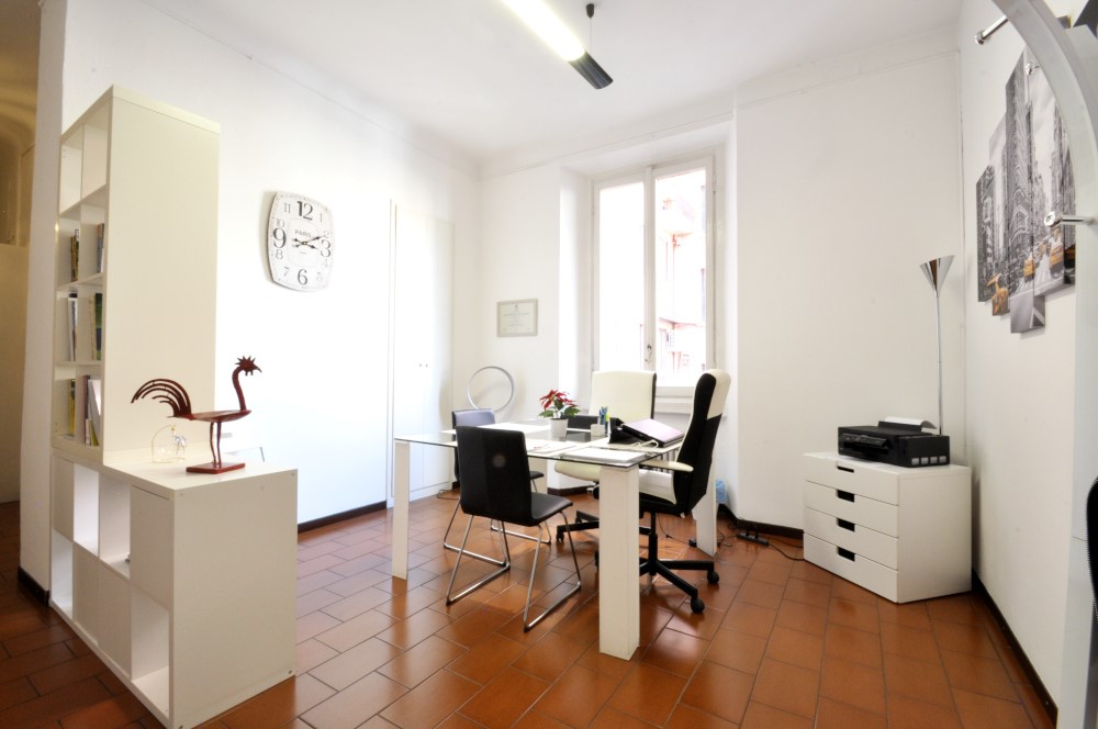 Office Rent Milan: Small Office in residential building